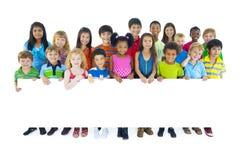 拿着委员会的大小组孩子 免版税库存图片