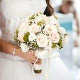 拿着婚礼花束的新娘在婚礼 免版税库存图片