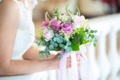 拿着婚礼花束的新娘在演播室 免版税库存图片