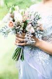 拿着婚礼花束的新娘户外 库存照片