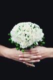 拿着婚礼花束的新娘由牡丹制成 库存图片