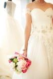 拿着婚礼花束的新娘的特写镜头 免版税库存图片