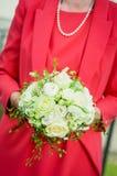 拿着婚礼花束的新娘 免版税库存照片
