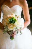 拿着婚礼花束的新娘 图库摄影