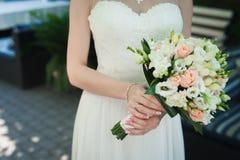 拿着婚礼花花束的新娘户外 库存照片