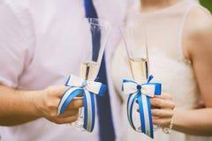 拿着婚姻的玻璃用香槟的新娘和新郎 免版税库存图片