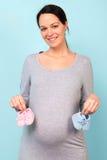 拿着孕妇的婴孩赃物 库存图片