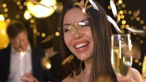 拿着孟加拉光和跳舞在新年聚会,放松的俏丽的亚裔夫人 股票视频