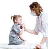 拿着孩子呼吸的医生吸入器屏蔽 免版税库存图片
