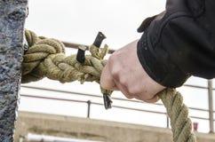 安全-拿着绳索的手 库存图片