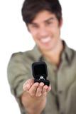 拿着定婚戒指的人 免版税库存照片