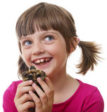 拿着宠物乌龟的小女孩 免版税库存照片