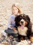 拿着宠物的逗人喜爱的孩子女孩户外 免版税库存照片
