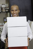 拿着容器的产业工人画象 免版税库存照片