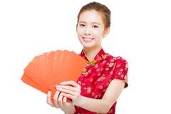拿着富有的美丽的年轻亚裔妇女红色袋子 免版税库存照片
