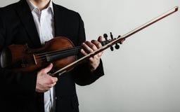 拿着小提琴的人小提琴手。古典音乐艺术 库存图片