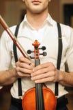 拿着小提琴的人 图库摄影