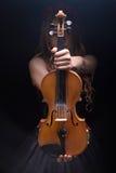 拿着小提琴的少妇 库存图片