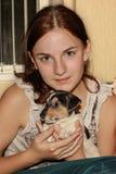 拿着小狗杰克罗素的红发女孩 免版税图库摄影