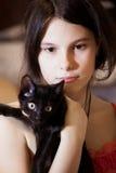 拿着小猫的十几岁的女孩 免版税库存图片