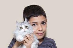 拿着小猫的男孩 免版税库存图片