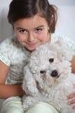 拿着小的狗的女孩 免版税库存照片