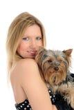 拿着小的狗约克的美丽的逗人喜爱的&# 免版税图库摄影