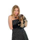 拿着小的狗约克的美丽的逗人喜爱的&# 免版税库存照片
