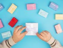 拿着小盒子的手顶视图  免版税库存照片