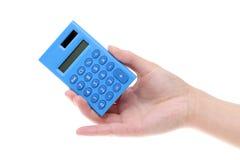 拿着小计算器的手 免版税库存图片