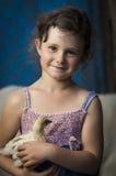 拿着小鸡的女孩 免版税库存图片