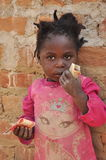拿着少许货币的可爱的非洲女孩 图库摄影