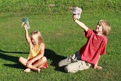 拿着少许货币的男孩女孩 免版税库存图片