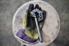 拿着工具的工作者手套 免版税图库摄影