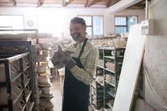 拿着工艺产品的男性陶瓷工 库存图片