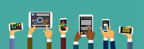 拿着巧妙的手机片剂计算机,技术概念的小组手 免版税图库摄影
