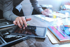 拿着巧妙的电话和工作计算机digita的网站设计师 免版税图库摄影