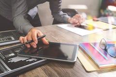 拿着巧妙的电话和工作计算机digita的网站设计师 免版税库存图片