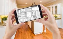 拿着巧妙的电话的手显示厨房照片图画是 图库摄影