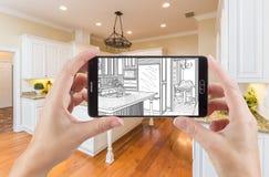 拿着巧妙的电话的手显示厨房照片图画是 库存照片