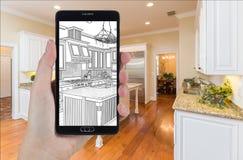 拿着巧妙的电话的手显示厨房照片Beh图画  免版税库存照片