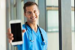 拿着巧妙的电话的医生 免版税库存图片
