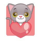拿着巨型心脏的逗人喜爱的灰色小猫 免版税图库摄影