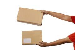 拿着布朗包裹箱子 免版税库存照片