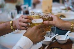 拿着庆祝的手啤酒杯在党 库存图片