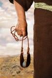 拿着弹弓的大卫的手 免版税图库摄影