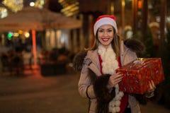 拿着当前妇女的美好的圣诞节 免版税库存图片