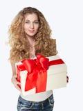 拿着当前年轻人的美丽的白肤金发的女孩 免版税库存照片