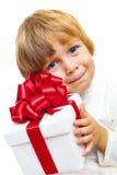 拿着当前配件箱的小男孩 免版税库存图片