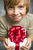 拿着当前配件箱的男孩 免版税库存图片